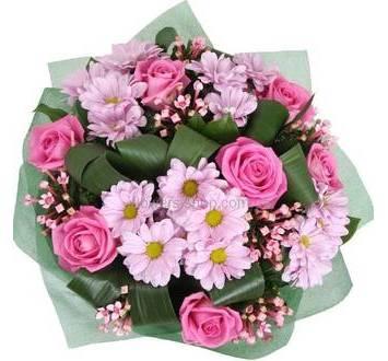 Ромашковые хризантемы, розы, бувардия и аспидистра