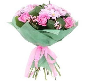 Букет из роз, хризантем и декоративной зелени в упаковке