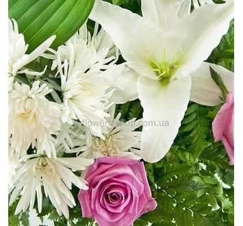 Розовые розы, лилии и хризантемы с зеленью ледерварена