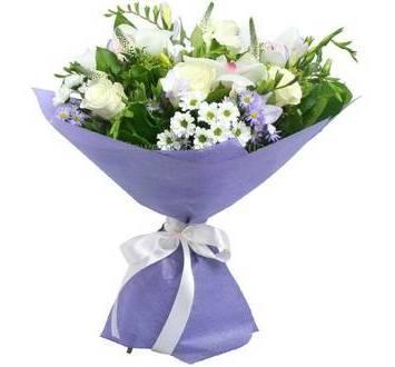 Букет белых цветов - розы, орхидеи, фрезии, дельфиниум