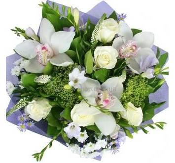 Белые орхидеи цимбидиум, фрезии, розы, фиолетовая упаковка