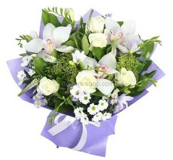 Букет белых цветов в декоративной упаковке