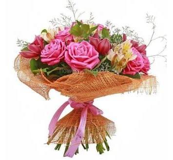 Сборный букет из роз, орхидей и альстромерий в сетке