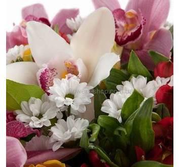 Букет с орхидеями цимбидиум, розами, хризантемами и салалом