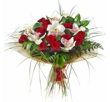Букет из красных роз и белых орхидей