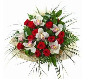Сборный букет из роз и орхидей с берграссом и ледервареном