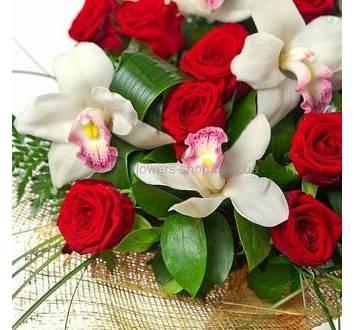 Красная роза, белые орхидеи цимбидиум, берграсс и аспидистра, декоративная сетка