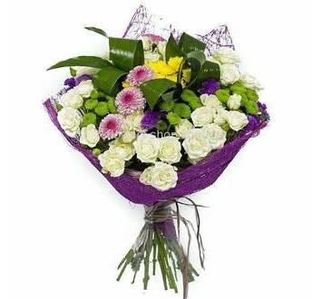 Букет из разных сортов хриазнтем, кустовых роз, аспидистры в сизали