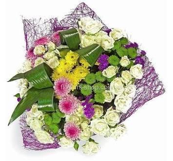 Букет из кустовых роз, хризантем и зелени аспидистры