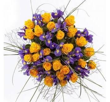 Букет из оранжевых роз и ирисов, в сизали