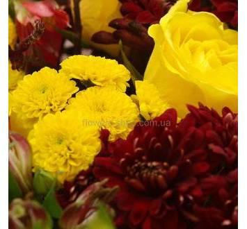 Веточные хризантемы, желтые розы и альстромерии