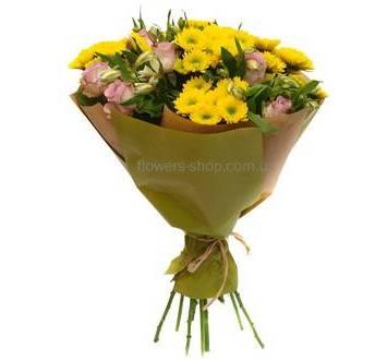 Желтые хризантемы, розовые розы и альстромерии, бумага