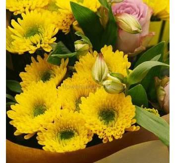Букет их роз, альстромерий и хризантем в декоративной упаковке