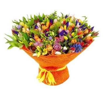 Букет с фрезиями, тюльпанами, ирисами и альстромериями
