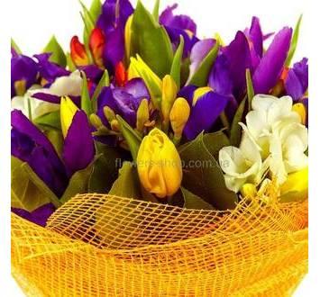 Букет из ирисов, тюльпанов и фрезий