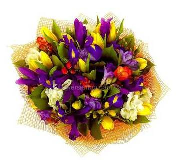 Композиция из ирисов, фрезий, тюльпанов, альстромерий и декоративной зелени
