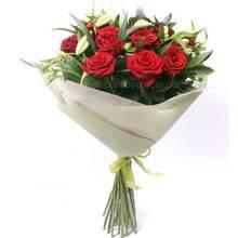 Букет из красных роз, лилий и альстромерий