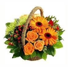 Цветочная корзина из роз, оранжевых гербер, хризантем и гиперикума