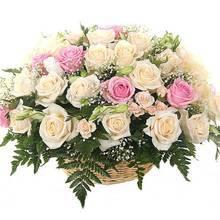 Корзина с розами и эустомами, зеленью ледерварени и гипсофилой