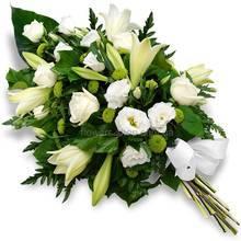 Венок из белых роз, эустом, лилий с декоративной зеленью