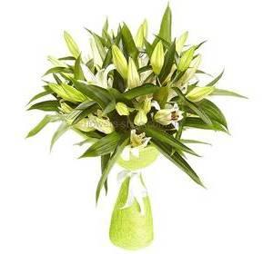 Букет из белых лилий в декоративной упаковке