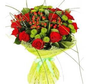Букет красных роз, хризантем и гиперикума, в зеленой упаковке