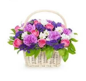 Цветочная корзина с розами, хризантемами, яркими гвоздиками и фиолетовой статицей