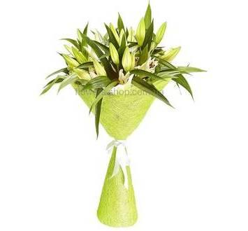 Белые лилии в декоративной упаковке