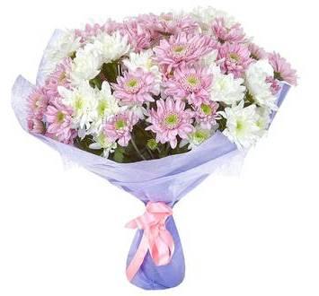 Белые и розовые хризантемы в букете