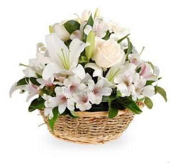 Цветочная композиция в кашпо из роз, гербер, лилий и альстромерий