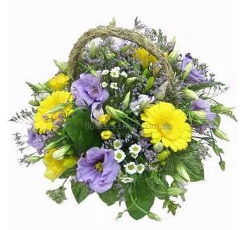 Желтые герберы, хризантемы, лизиантусы, фрезии, солидаго и статица в корзине