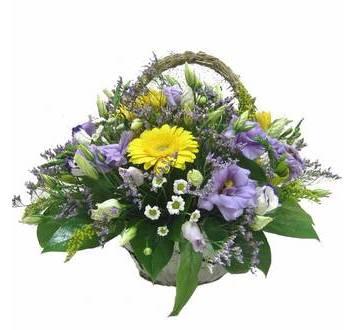 Корзина в полевом стиле из эйстом, хризантем, фрезий, гербер и лимониума
