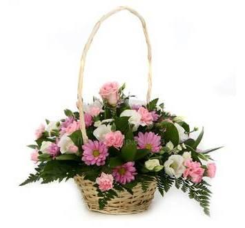 Корзина с розами, хризантемой, эустомами и гвоздиками