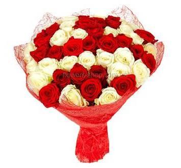 Букет из красных и белых роз в красной флористической упаковке