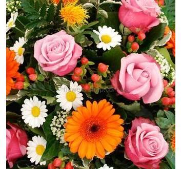 Траурный венок герберы, ромашки, розы, гиперикум