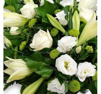 Белые лилии, розы, зеленые хризантемы, венок на похороны