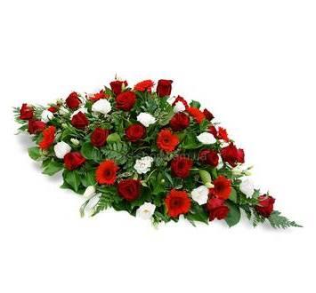 Композиция из красных роз и гербер, белых лизиантусов, на оазисе