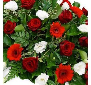Композиция с красными розами, герберами, эустома, ледерварен, зелень