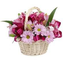 Корзина с лилиями и хризантемами
