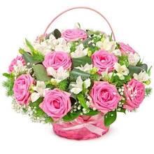 Цветочная корзина из розовых роз и альстромерий с зеленью аспидистры и гипсофилой