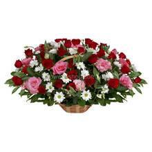 Корзина с красными розами, хризантемами и розовыми альстромериями