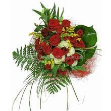 Красные розы, альстромерии, ледерварен, берграс, солидаго