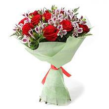 Букет из красных роз и альстромерий во флористической упаковке