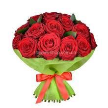 Круглый букет из красных роз в декоративной упаковке