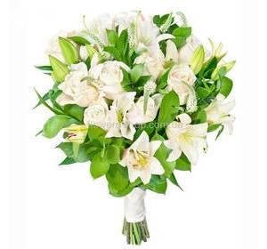 Букет из роз, белых лилий и вероники