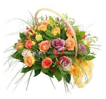 Цветочная корзина из роз, брассики, гиперикума и зелени
