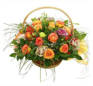 Корзина с розами, эустомами, брассикой и берграссом