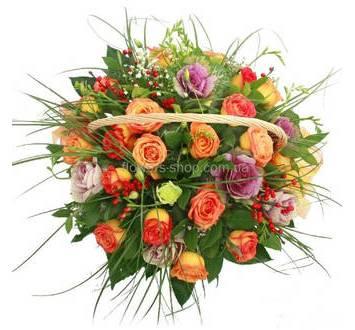Оранжевые розы, брассика, белые эустомы и зелень в корзине