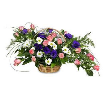 Композиция из розовых роз, фиолетовых эустом и хризантем в кашпо