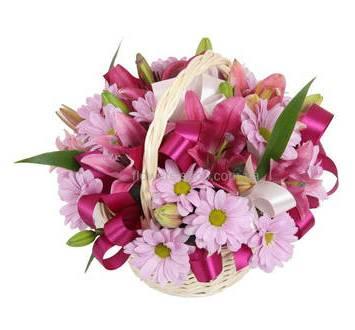 Цветочная корзина из розовых хризантем и лилий